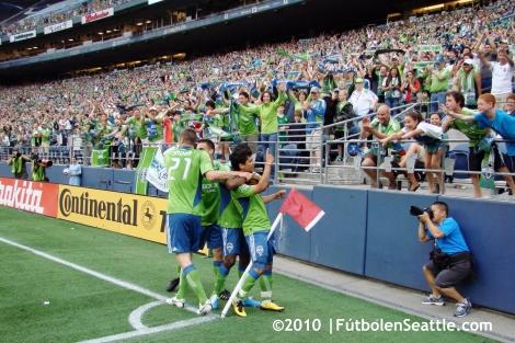 Freddy MONTERO celebra el gol de Seattle.