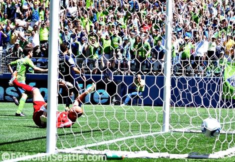 Álvaro FERNÁNDEZ anota el gol de la victoria en el minuto 40 | Foto: Justo HERNÁNDEZ