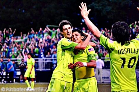 Fredy MONTERO celebra con Álvaro FERNÁNDEZ y Mauro ROSALES el gol de la victoria | Foto: Justo HERNÁNDEZ