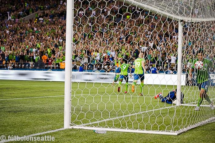 Gonzalo PINEDA celebra dentro del arco de Tary HALL el gol de Marco PAPPA para darle ventaja a los Seattle Sounders 1-0 en el minuto 69. Seattle se llevó la victoria 2-0 ante Houston Dynamo en el CenturyLink Field.   Foto: Justo HERNÁNDEZ